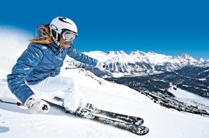 ENGADIN ST. MORITZ: Skifahrerin im Skigebiet Corviglia mit Blick auf St. Moritz, bearbeitetes Bild